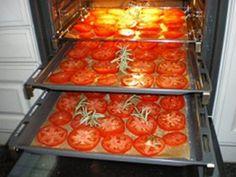 Deze tomaten hebben we gedroogd in de oven. U kunt gedroogde tomaten zo bewaren totdat u ze wil gaan eten of u kunt ze bewaren in olie. Oven Canning, Canning Recipes, Good Food, Yummy Food, Dutch Recipes, Dehydrator Recipes, Salad Bar, Fermented Foods, Oven Baked