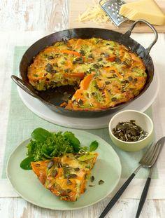Kürbis-Gruyère Tortilla        Zutaten:1 Butternut- oder Hokkaido Kürbis (ca. 800 g), 1 Bund Lauchzwiebeln, 60 g Kürbiskerne, 6 Eier, 100 g Schmand, 200 g Schweizer Le Gruyère Käse, Salz, Pfeffer, Muskat, 2 EL Olivenöl.  Zubereitung: 1.Kürbis schälen (Hokkaido-Kürbis nur gründlich abspülen, trocken reiben, schälen nicht nötig), halbieren, entkernen und in ca. 0,5 cm dicke Scheiben schneiden. Lauchzwiebeln putzen, abspülen und in ca. 3 cm lange Stücke schneiden. 2. Kürbiskerne grob hacken…