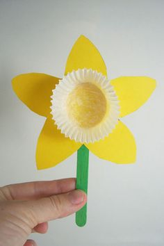 Spring is in full bloom! Get into the sunny spirit with this DIY Daffodil craft from Mend and Make New! These sunshiny flowers make for a sweet gift to a grandparent or a darling room decoration! We love the idea of making a whole bouquet! Easter Crafts For Kids, Summer Crafts, Crafts To Do, Holiday Crafts, Kids Diy, Spring Toddler Crafts, March Crafts, Easter Activities For Children, Paper Easter Crafts