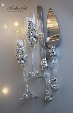 Wedding Wine Glasses, Diy Wine Glasses, Decorated Wine Glasses, Wedding Champagne Flutes, Crystal Champagne, Champagne Glasses, Rhinestone Wedding, Crystal Wedding, Wedding Cake Server