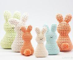 Osterhase häkeln mit fröhlichen Farben für eine schöne Osterdeko. Häkelanleitung für einen Osterhasen. Noch mehr Ideen gibt es auf www.Spaaz.de