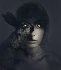 Les métamorphoses spectaculaires et animales de l'artiste Flóra Borsi