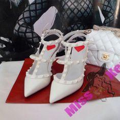 Новинки : Босоножки Valentino Garavani Rockstud Heels New York Capsule…