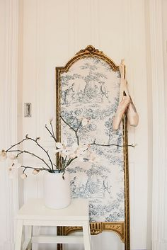 A dressing screen, so romantic Parisian Chic Decor, Shabby Chic, Dressing Room Closet, Dressing Rooms, Dressing Screen, Toile Wallpaper, Jewelry Hanger, Shades Of White, Vintage Furniture