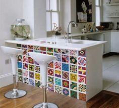 Os adesivos de azulejos estão super em alta, pois são de fácil aplicação, podendo ser colados por cima do próprio azulejo, ou aplicado num móvel que está sem cor e vida, dando aquela repaginada na cozinha. http://makesecupcakes.com