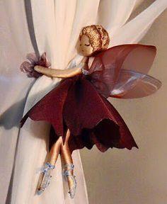 Lleva el mágico mundo de las hadas a tus cortinas, elaborando lindos sujetadores. En lugar de solo amarrar las cortinas con una tira de tela, puedes optar por darle otra vista de esta manera. Dependiendo del color de la cortina y tu casa, es como puede elegir el tono del color del vestido del hada, el cual puedes elaborar uniendo varias piezas de tela en forma de hoja, puede ser circular, o en triangulo, dependerá de tu preferencia y creatividad.