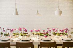 Mesa posta clean decorada com mini vasinhos de orquídeas - Constance Zahn | Casa & Decor