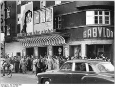 6.6.1958 Die Kraniche ziehen. Der in Cannes mit der Goldenen Palme ausgezeichtnete sowjetische Film erlebte am 6.6.1958 im Berliner Filmtheater Babylon seine deutsche Erstaufführung. UBz: Vor Beginn der Premiere vor dem Babylon: