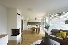 Prijemne barvy, dost velky dreveny kuchynske stul - NE zvireci kuze a kozesiny a cerny stolek