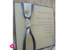 Invitación de boda con moño blanco y azul