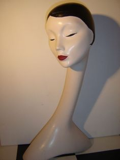 Antique very decorative 60 cm high shop window Mannequin head with long Swan neck, from the 60 Jr., to hats wigs or jewellery to display, handpainted in art deco style, is in vintage used condition see pictures. Material is a type of vinyl, a true eye-catcher.  Dim, high 60 cm,          Weight 2 kg,  Will be carefully packaged