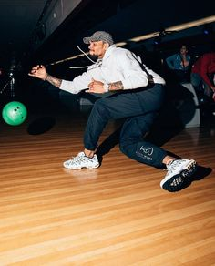 Chris at Pinz Bowling Centre in Los Angeles last night Chris Brown Outfits, Chris Brown Style, Breezy Chris Brown, Chris Brown Videos, Chris Brown Pictures, Chris Brown Quotes, Light Skin Men, Chirs Brown, Rapper
