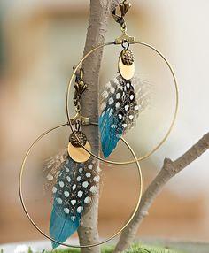 Boucles d'oreilles créoles dorées avec plumes colorées
