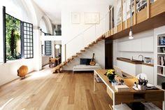 mezzanine chic avec banquette pratique sous l'escalier sans contremarches