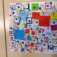 Il vous faut, un grand carré (decoupé dans un demi-raisin au plus grand), des formes decoupées dans des chutes de papier de couleur ou peints à l'encre ou à la gouache... des formes qui permettent de faire des carrés (des boites, des emporte piece, des legos...) et enfin des gommettes de couleur.