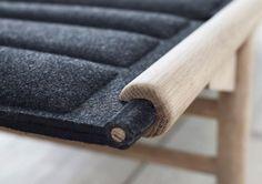 Anita Johansen hat ihren Entwurf in traditionellen nordischen Materialien konzipiert, der hlzerne Rahmen und die gepolsterte Liegeflche entstehen unabhngig voneinander und werden erst vom Benutz...