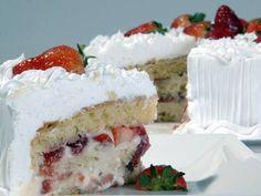 Bolo Gelado de Morango, uma delicia com a massa bem leve molhadinha e recheado de morangos, com aquele sabor de que  http://cakepot.com.br/1061/