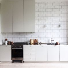minimalist kitchen ideas - Find the best ideas for your minimalist style kitchen that suits your taste. Browse for amazing pictures of minimalist style kitchen for inspiration. Small White Kitchens, Cool Kitchens, Ikea Small Kitchen, Kitchen White, Best Kitchen Designs, Modern Kitchen Design, Kitchen Interior, Kitchen Decor, Kitchen Ideas
