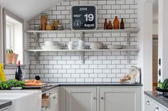 These pictures will have you pinpointing the kitchen details you want in your new kitchen or reno. Get inspired by the most beautiful kitchens. Kitchen Cabinet Design, Interior Design Kitchen, Kitchen Decor, Kitchen Cabinets, Kitchen Ideas, Kitchen White, Kitchen Small, Kitchen Modern, Dark Cabinets