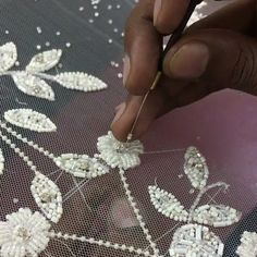 Bead Embroidery Tutorial, Hand Embroidery Art, Hand Embroidery Videos, Bead Embroidery Patterns, Tambour Embroidery, Embroidery On Clothes, Couture Embroidery, Bead Embroidery Jewelry, Embroidery Techniques