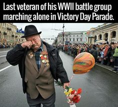 Last Veteran Of His WWII Battle Group Marching Alone In Memorial Day Parade - Funny Memes. The Funniest Memes worldwide for Birthdays, School, Cats, and Dank Memes - Meme Sweet Stories, Cute Stories, Happy Stories, Human Kindness, Touching Stories, Last Man Standing, Belle Photo, Good People, Amazing People