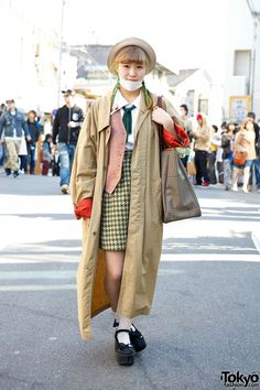 Harajuku girl with green braids, a trench coat from the famous Kinji Harajuku resale shop, and Tokyo Bopper platform shoes. She's also wearing several cute Teddy Bear accessories. Seoul Fashion, Tokyo Fashion, Harajuku Fashion, Harajuku Style, Tokyo Street Style, Street Style Women, Street Styles, Beige Trench Coat, Harajuku Girls