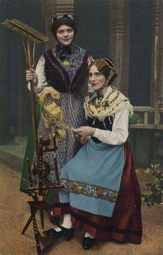 Odenwälder Volkstrachten, Deutschland, Postkarte, ca. 1900 #Odenwald Folk Costume, Costumes, Black Forest Germany, German Costume, German Outfit, German Folk, Colorized Photos, Folk Clothing, Female Head