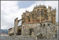 Castro Urdiales Cantabria España. Spanish Architecture, Gothic Architecture, Asturias Spain, Southern Europe, Amazing Buildings, Medieval Art, Valencia, Barcelona Cathedral, Cool Pictures