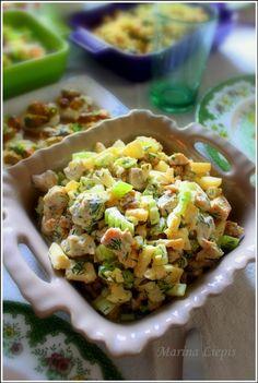 Салат: * из отварной куриной грудки, стеблей сельдерея, зелёного яблока, грецких орехов, укропа заправленный йогуртом 3,5 % с зеленью и чесноком