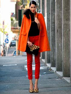 Why not consider wearing an orange coat and red skinny jeans? As well as very practical, these pieces look fabulous paired together. The whole look comes together if you complete this ensemble with tan leopard leather pumps. Outfit Pantalon Rojo, Passion For Fashion, Love Fashion, Fashion Shoes, Girl Fashion, Boutique Fashion, Looks Street Style, Winter Stil, Look Chic