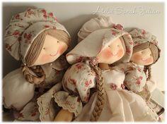 Coleção de camponesas Larissa. Bonecas de pano com 55 cm de comprimento, cabelo de linha trançado, gorros, chapéu e roupas em linho liso e estampado. Sewing Dolls, Fabric Dolls, Softies, Doll Patterns, Abstract Expressionism, Handmade Crafts, Art Dolls, American Girl, Folk Art