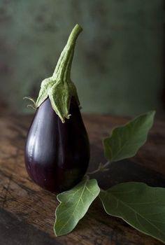 aubergine/eggplant (photo by Alan Benson) Vegetables Photography, Fruit Photography, Still Life Photography, Fruit And Veg, Fruits And Vegetables, Fresh Fruit, Photo Fruit, Still Life Photos, Belle Photo