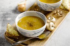 Uiensoep is een heerlijke hartverwarmende soep, ideaal voor in de winter. Met de gegratineerde kaastoast erbij een echte verwennerij.