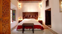 Guest Palace of 25 suites and bedrooms Title deeds 1150 sqm Extraordinary Palace guest of 25 suites and bedrooms, located just steps from the Place Djemaa el Fna. Pool, hammam- spa, bar, restaurant, articulated on three splendid patio Moroccan-Andalous style 1 home with reception 3 patios 7 suites a…