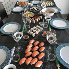 Viernes noche... y vosotros qué plan tenéis? @albaescarra2 lo tiene claro: Amigos copas y una mesa repleta de sushi  Recordar que durante todo el finde 10% de descuento con el código FINDETOP