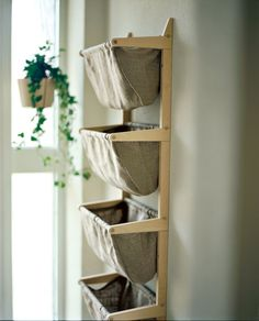 Norrgavels praktiska Påshylla tillför något alldeles extra till rummet tack vare sina smäckra proportioner och utsökta hantverk.