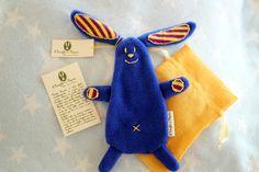 Coniglio blu con il suo corredo per la partenza