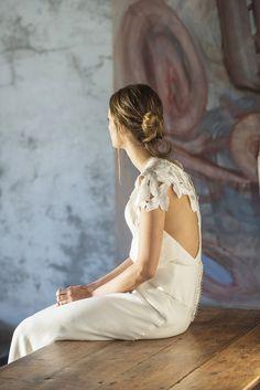 La colección de Valentina Garí para Raimon Bundó transmite sencillez y elegancia a través de tejidos con caida y detalles especiales como tuls y bordados que marcan la diferencia.