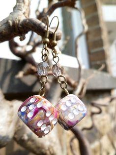 """Boucles d'oreille """"Multiversum"""" avec dés à jouer 6 faces multicolores et perles de Bohème beiges : Boucles d'oreille par acherontia"""