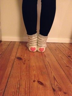Tuntematon Tuunaaja: Raitasukat sydänkantapäällä // Striped socks with hearts in the heels Leg Warmers, Socks, Legs, Knitting, Diy, Fashion, Moda, Tricot, Bricolage