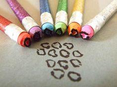 Esculpir borrachas de lápis para fazer um selo leopardo fácil.