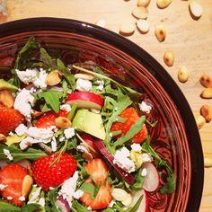 Rucolasalade met aardbeien amandelen en geitenkaas en avocado. Een voedzaam detox recept aanrader als heerlijk hoofdgerecht of lunch.