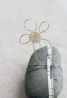 button flower with wire wrapped around a rock / stone Wire Crafts, Rock Crafts, Stone Crafts, Button Art, Button Crafts, Art Fil, Wire Flowers, Diy Buttons, Sticks And Stones