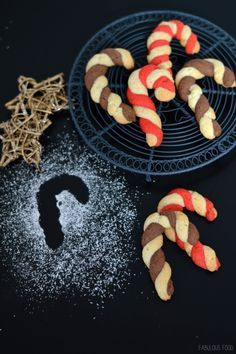 ♥ Candy canes, candy canes, a sweet idea for Christmas! Winter Desserts, Sweet Desserts, Christmas Desserts, Christmas Cookies, Candy Recipes, Dessert Recipes, Snowflake Cookies, Fabulous Foods, Winter Food