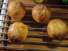 Teljes kiőrlésű hamburger zsemle Hamburger, Grilling, Bread, Food, Crickets, Essen, Hamburgers, Breads, Baking