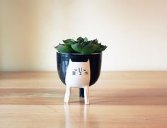 Three-legged Cat Planter in Black  stilts / with di Beardbangs