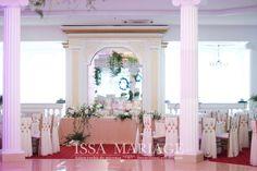Decoratiuni tematice pentru evenimente ISSA. Aranjamente florale din flori naturale pe suport rotunzi aurii si scaune chiavari aurii.