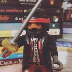 A melhor forma de proteger seus livros é com um pirata!!! #blogeuinsisto #book #books #livros #blogliterario