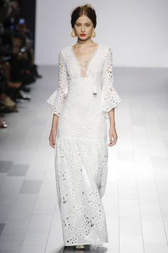 Badgley Mischka Spring 2018 Ready-to-Wear collection, runway looks, beauty, models, and reviews.
