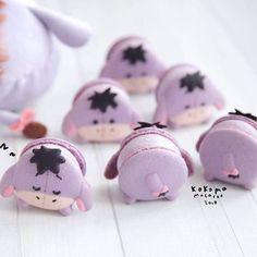 Macaron eeyore q maravilhoso! Disney Desserts, Cute Desserts, Disney Food, Coffee Macaroons, Pink Macaroons, Dessert Kawaii, Macaron Pistache, Macaroons Wedding, Decorated Cookies